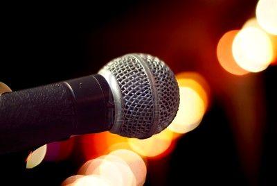729528-close-up-di-microfono-a-sfondo-offuscata-molto-profondit-di-campo-con-le-parti-del-microfono-fuori-f